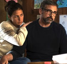 David (Steve Carell) with his second wife Karen (Maura Tierney), the mother of Jasper (Christian Convery), and Daisy (Oakley Bull)