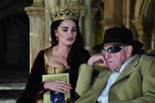 Penélope Cruz as Queen Isabella of Castile with John Scott (Clive Revill):