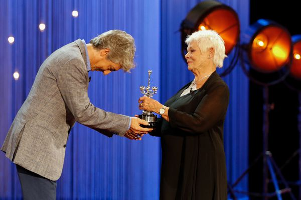 Judi Dench receiving her Donostia from Alexander Payne